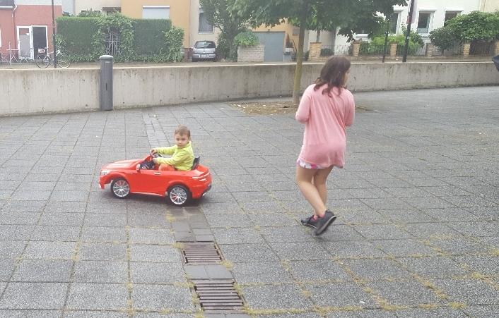 Meine große Schwester steuert mein Auto mit der Fernbedienung