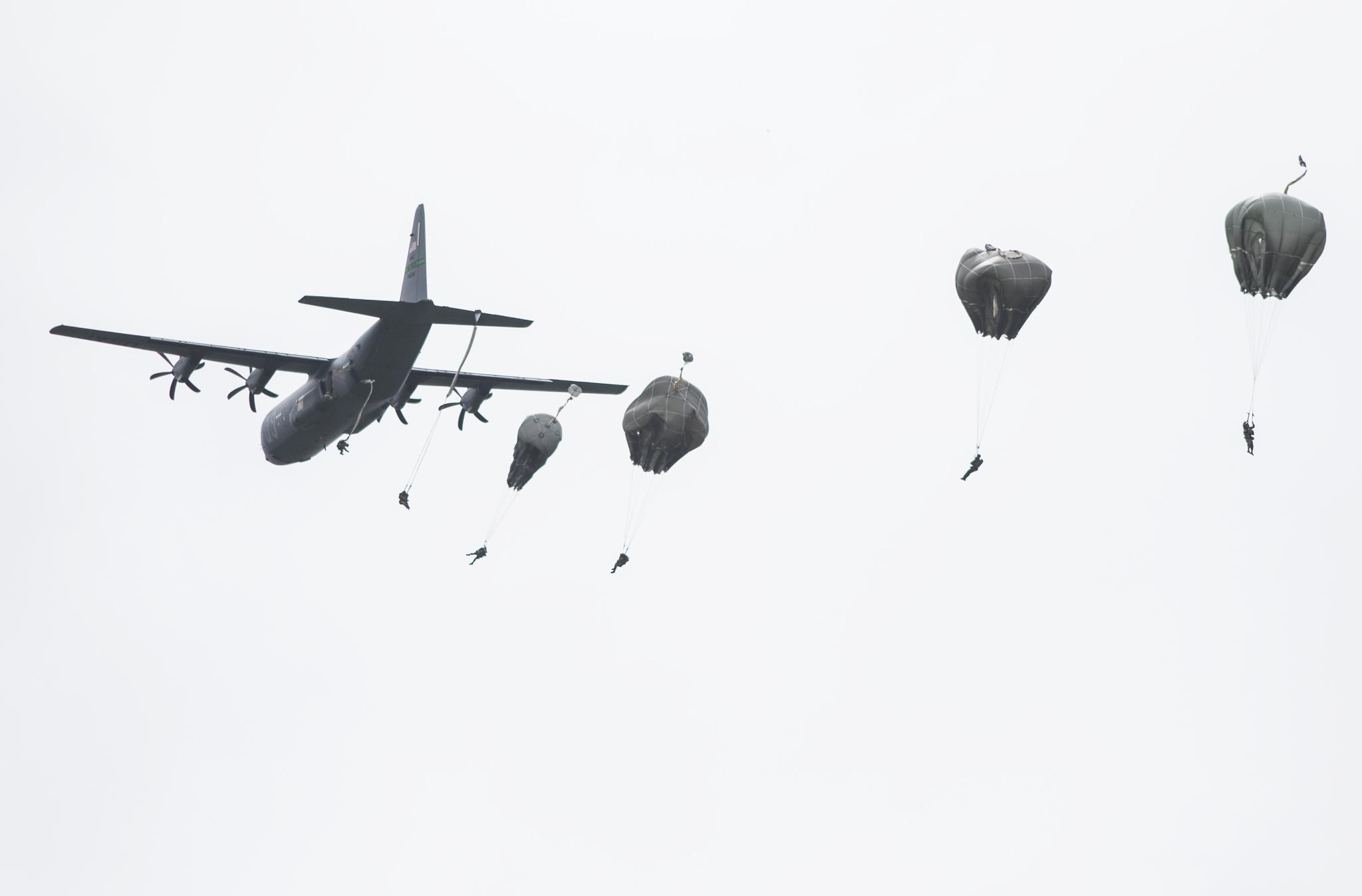 Ein amerikanisches Flugzeug über dem Flugplatz in Lessay