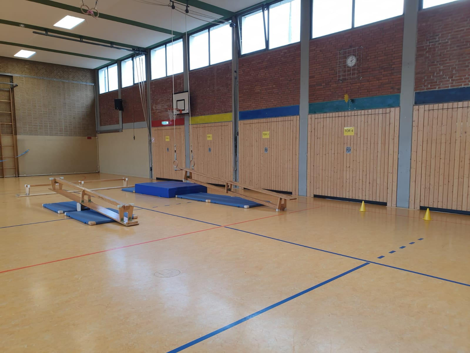 Bei schlechtem Wetter können sich alle Schülerinnen und Schüler im Sportunterricht in der Turnhalle bewegen.