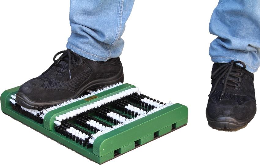 Fußabtreter aus Holz, grün lackiert