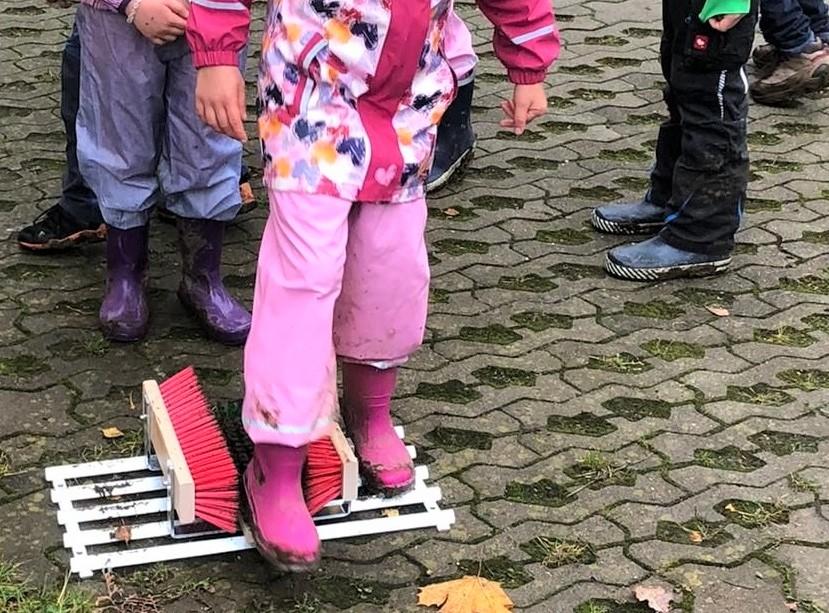 Fußabtreter, Fußabstreifer, Schuhabtreter, Schuhabstreifer, Schuhreiniger, Stiefelreiniger, Schuhputzer, Stiefelputzer, Reinigungsgeräte für Schuhe und Stiefel
