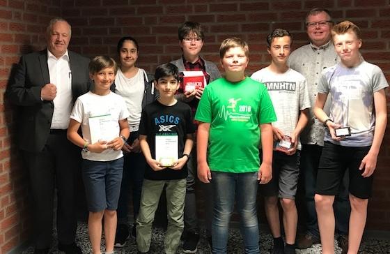 Glückliche Gewinner beim Känguruwettbewerb der Mathematik