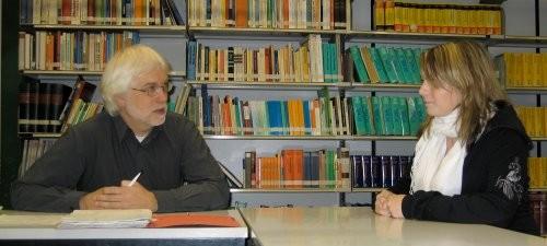Schülerin im Gespräch mit Herrn Hesse