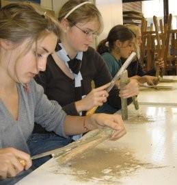 Schülerinnen der Kunst-AG bei der Arbeit