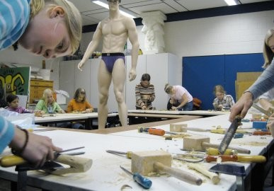 Schülerinnen und Schüler der Kunst-AG bei der Arbeit