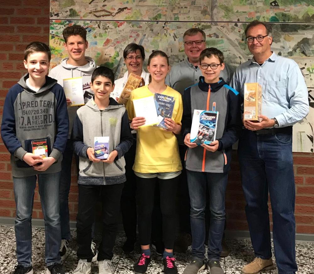 Stolze Gewinner beim diesjährigen Känguruwettbewerb mit der stellvertretenden Schulleiterin Frau Diehr (hinten, 2. von links), Organisator Herr Pleger (hinten, 2. von rechts) und Mathematiklehrer Herr Lauks