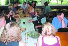 Die Kevelaerer Streitschlichter/innen im Gespräch mit interessierten Lehrerinnen am Gelderner Lise-Meitner-Gymnasium.