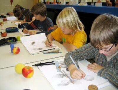 Schüler zeichnen im Kunstunterricht