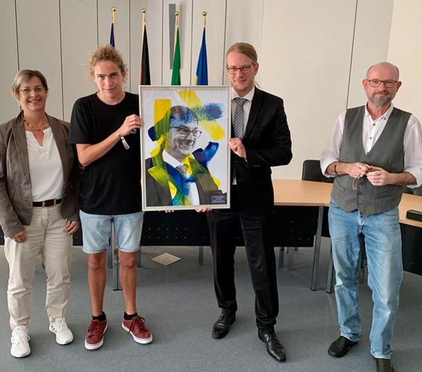 Übergabe Kunstprojekt KvGG mit Lehrern, © Wallfahrtsstadt Kevelaer; Christina Diehr (links), Malte Fiedler, Dr. Dominik Pichler, Paul Wans
