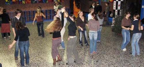 Schülerinnen und Schüler proben in der Pausenhalle für das Musical