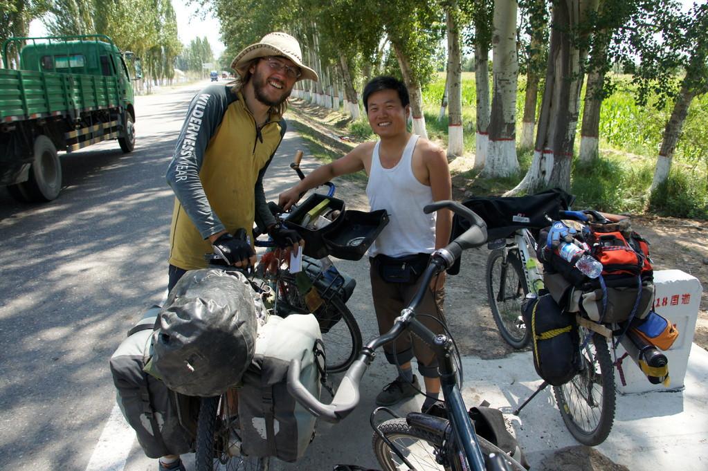 Chris aus Australien - seit mehr als 2  Jahren auf Weltumradlung mit einem chinesischen Reiseradler kurz hinter Yining