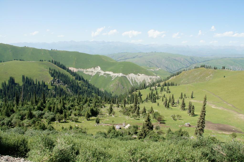 Die Strasse hinterlässt weithin sichtbare Narben am Berg
