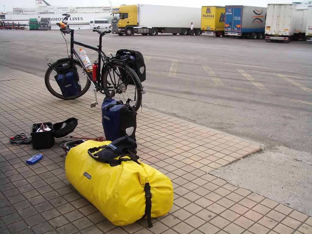 13.04.08 - Ankunft im Hafen von Patras, die Winterklamotten werden ganz nach unten gepackt