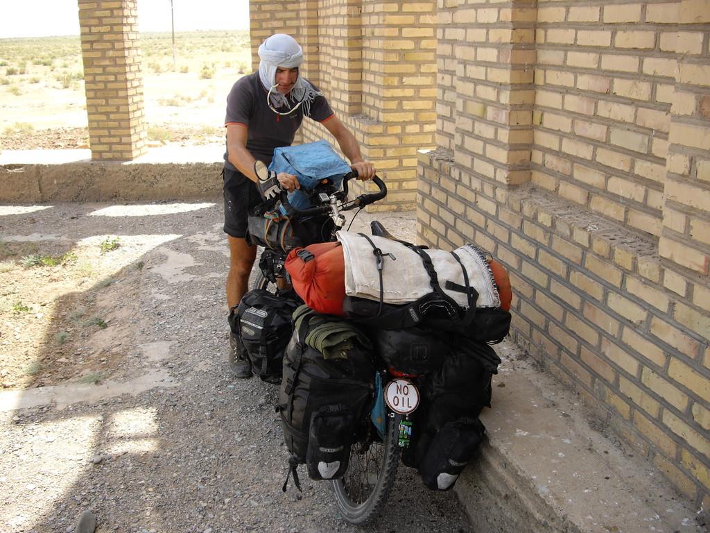 15.07 Alvaro bei unserer ersten Pause in Turkmenistan