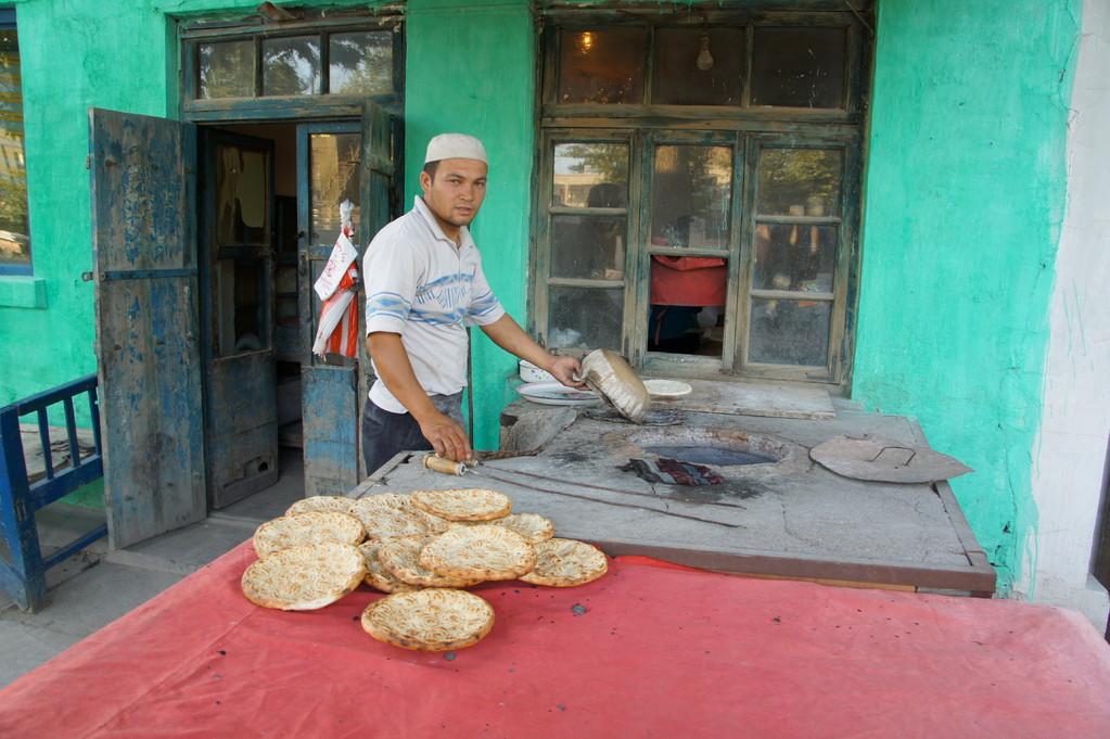 So wird das leckere Nan (Fladenbrot) von einem uigurischen Bäcker produziert