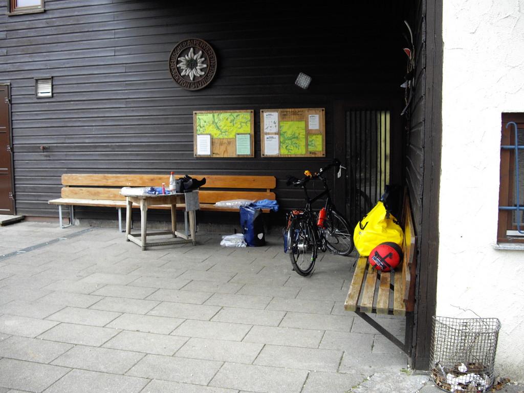 31.03.08 - in der Ecke, vor dem Rad, unter dem Vordach