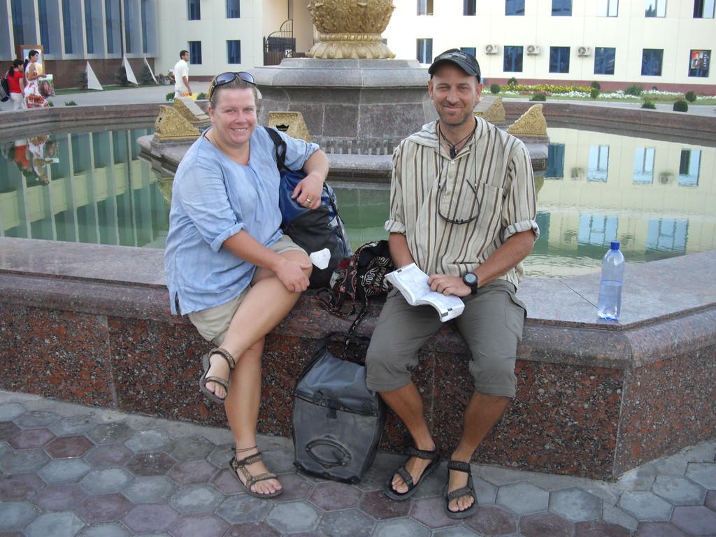 Uli und Sabine (die Pedalratten) vor dem Bahnhof in Taschkent nach unserer morgendlichen Ankunft