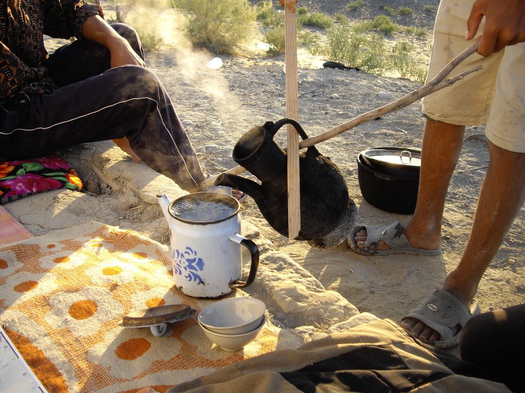kunstvoll eingeschenkter Tee...