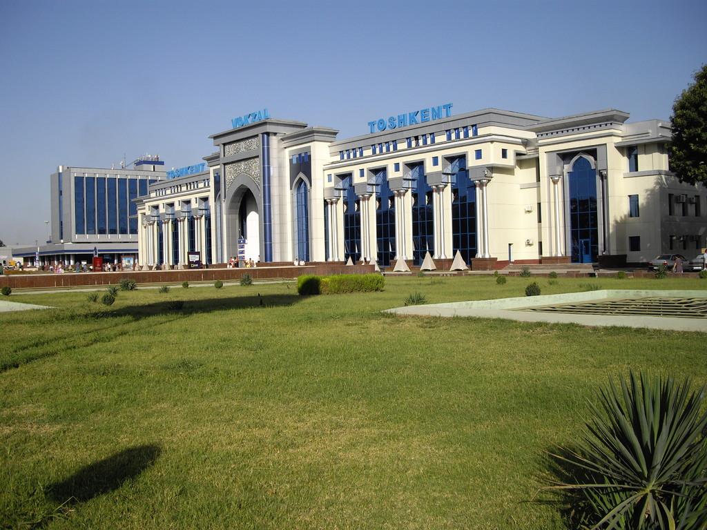der Bahnhof von Taschkent von außen betrachtet