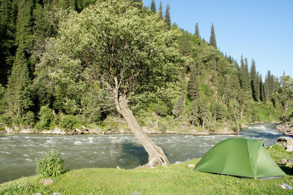 Der absolute Übernachtungshöhepunkt am Fluss in Nachbarschaft zweier Jurten