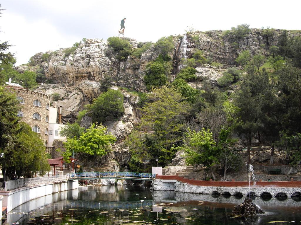 Wasserfall und verkommene Hotelanlage hinter Dinar
