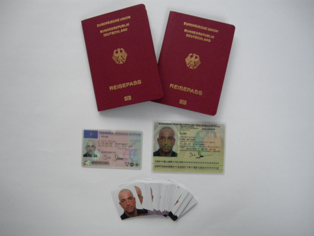 2 Reisepässe, Personalausweis, Internationaler Führerschein und mehr als 40 Passbilder für die Visa unterwegs