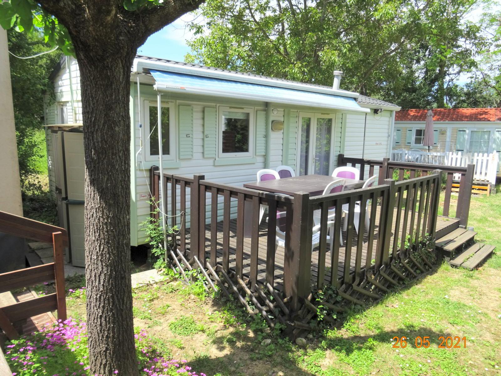 Mobilheim mit 2 Schlafzimmern und schattiger Terrasse