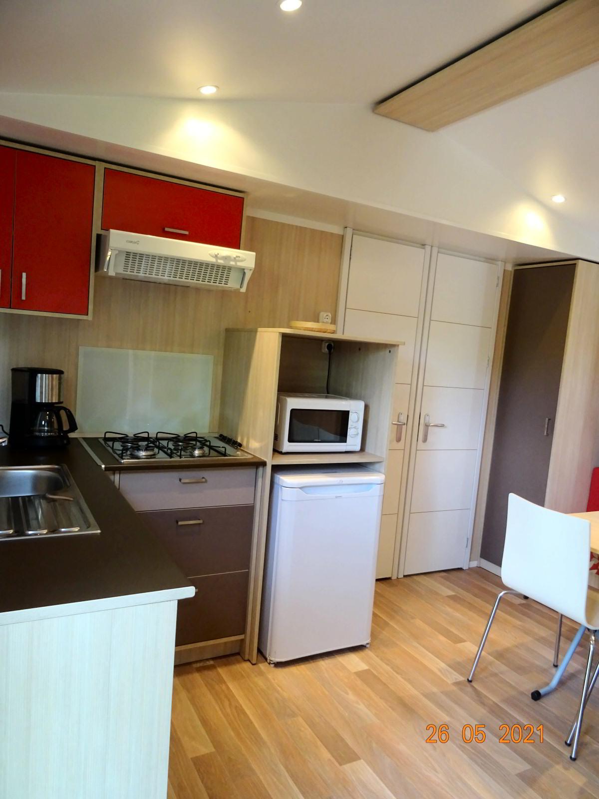 Cuisine dans mobile home avec 2 chambres