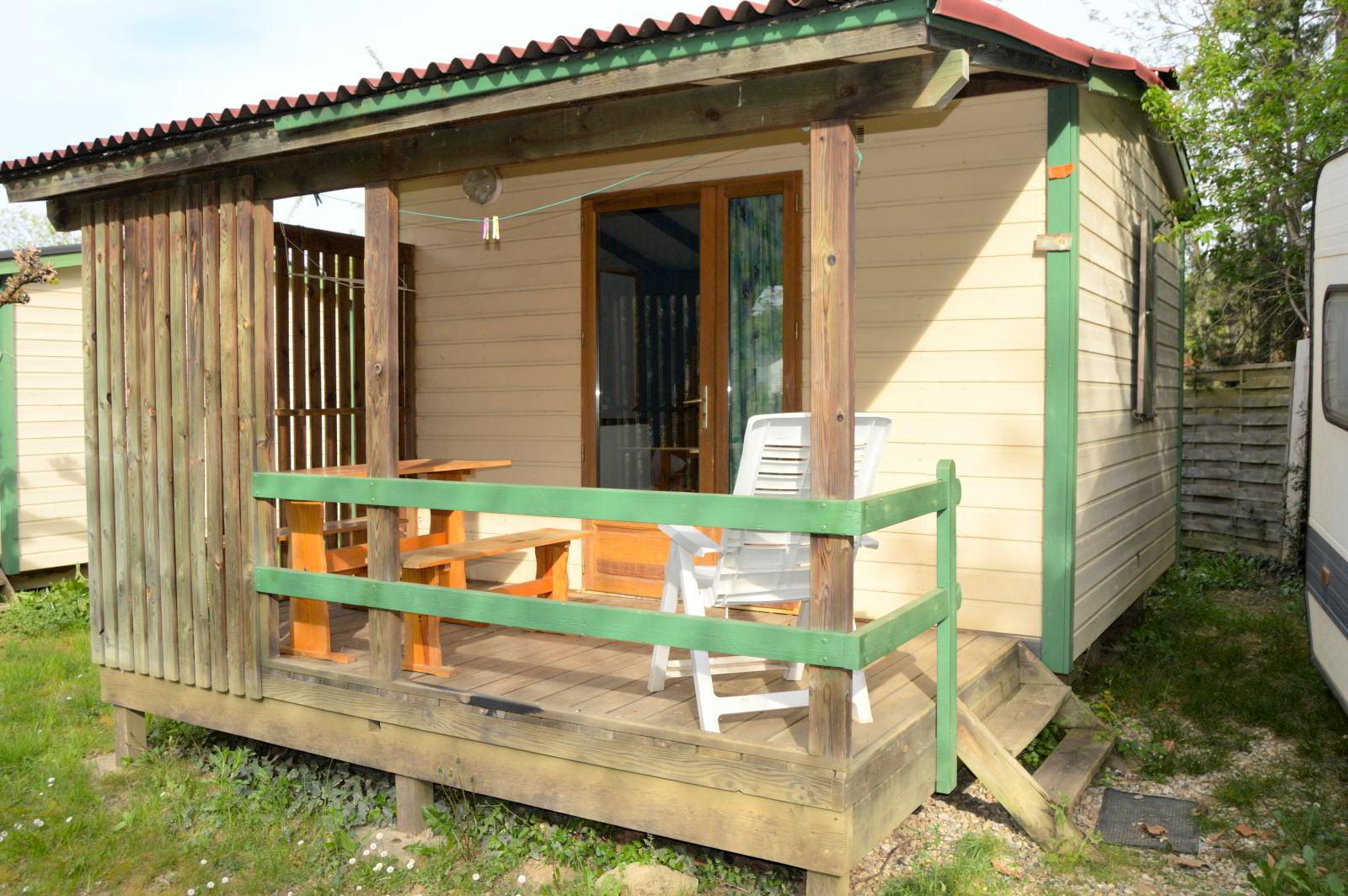 Chalet ohne sanitäre Einrichtungen auf dem Campingplatz