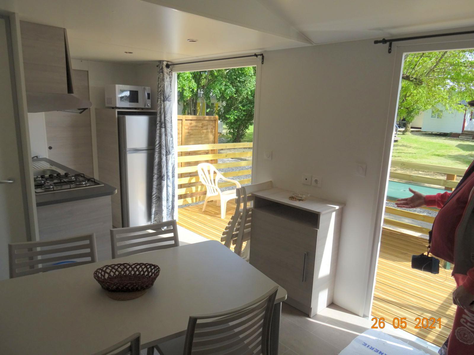 Salon et portes-fenêtres donnant sur terrasse, nouveau mobil-home 4 vacanciers