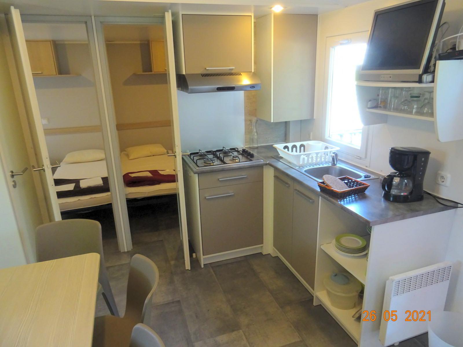 Stacaravan 3 slaapkamers, keuken en slaapkamers