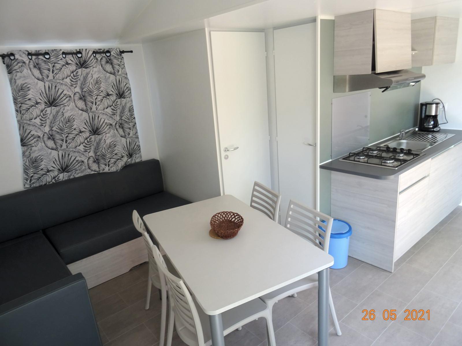 Woonkamer en keuken, nieuwe stacaravan met 2 slaapkamers