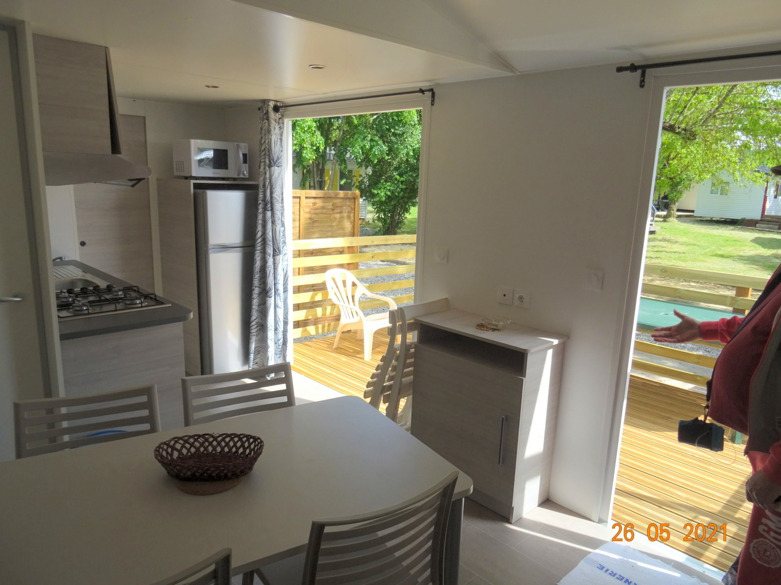 Woonkamer en openslaande deuren naar terras, nieuwe stacaravan met 2 slaapkamers