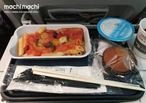 行きの機内食その2 トマトのパスタ
