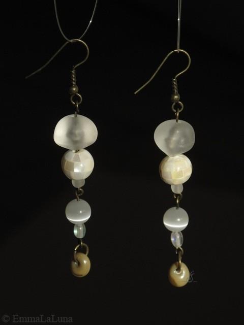 BI-BO-PER-001-Boucles d'oreilles Méduse, blanc et beige 6cm 25€