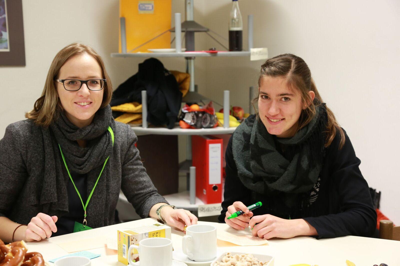 Letzte Vorbereitungen der Projektleitung Betti und Laura