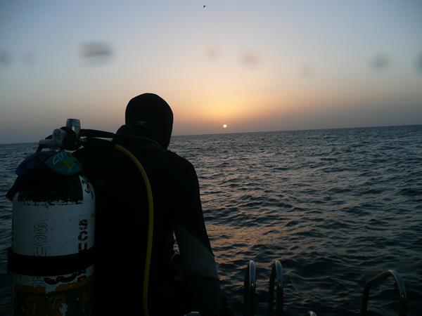 Taucher und Sonnenuntergang