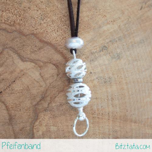 Braunes Velourimitatband mit Silberperle zum fixieren eines Wechstabes bestückt mit zwei gelochten Silperperlen.