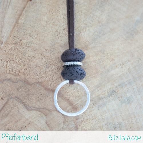 Braune Lavasteinperlen mit Silberzwischenring auf braunem Velourimitatband. An den Silberring kann eine Pfeife angehängt werden.