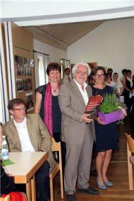 Chorleiterin Lissa Laubmeier bedankte sich beim Festredner Richard Waldmann.