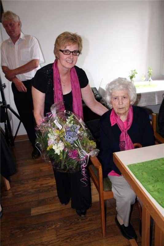 Über 60 Jahre hat Rosi Roßmann im Aster Kirchenchor gesungen. Emmi Hauser dankte ihr für die Treue.
