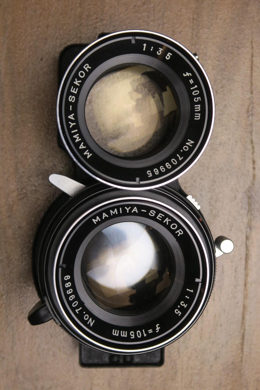 Zweiäugige Optik: Linsenaufbau für Fokus und Bildaufbau oben, Belichtungsmechanik mit Zentralverschluss unten