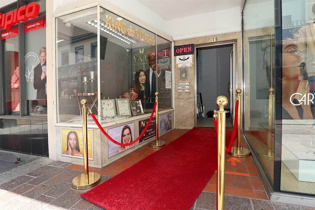 Eingang zum King Nagelstudio und Kosmetikstudio in der Fussgängerzone von Lörrach (direkt bei CULT Fashion)