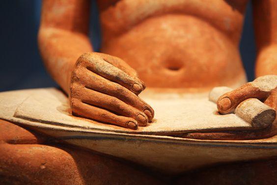 Le « Scribe accroupi ». Calcaire peint, yeux en cuivre incrusté de cristal de roche, IVe ou Ve dynastie d'Égypte, 2600-2350 av. J.-C. Provenance : Saqqara.