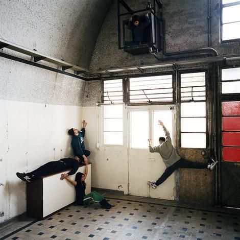 Le corps à l'édifice / Projet pédagogique à l'ENSA Paris-Malaquais / Paris VIII - Chorégraphe Christophe Haleb - Crédit photographique Eric Garault -  Performence dans la cuisine collective de Ville Evrard, 2006