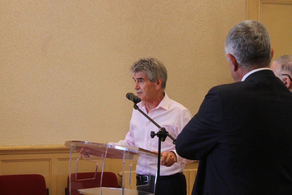 Daniel Boisard adjoint à la culture entouré de l'auteur Christian Teysseyre et du maire Jean-Marc Dumoulin