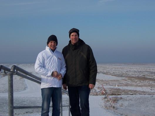 Zwei Männer im Schnee: zwischendurch in Cappel-Neufeld über den Deich geschaut