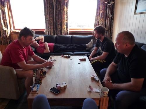 Letzter Pokerabend, die Jungs zu Hause warten schon...