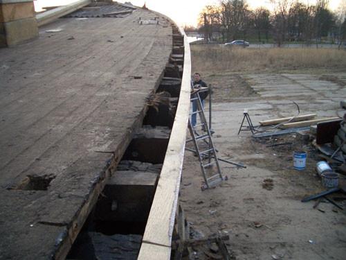 Die Deck-Planken sind schon ziemlich verkommen und voller Öl