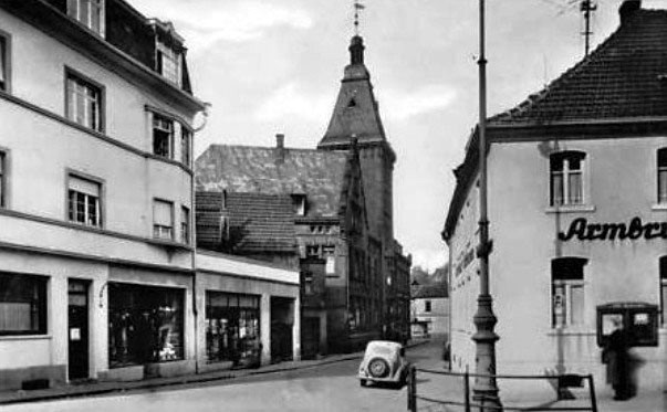 Rathausstraße Dudweiler um 1955, rechts Gasthaus Eckbrunnen